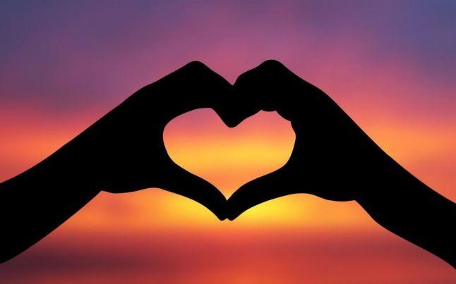 Las-dos-manos-unidas-pueden-formar-la-silueta-de-un-corazon.jpg